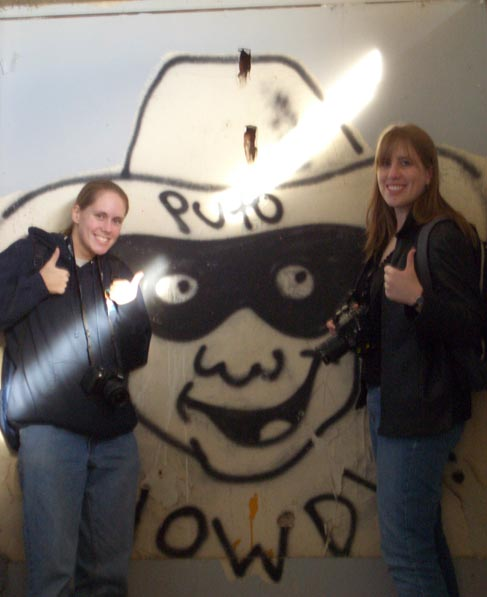 Kirsten and I hang with our buddy PUTO!!!!!11! (Marineland, 2005)